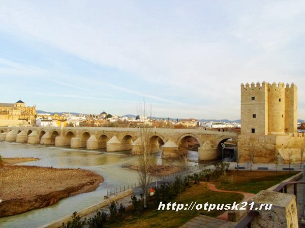 Кордова Испания, арочный римский мост, Башня Калаорра