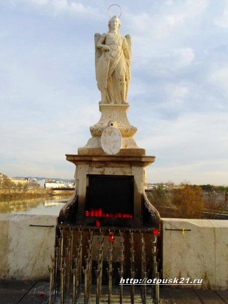 Кордова Испания, статуя Архангела Рафаиля, римский мост